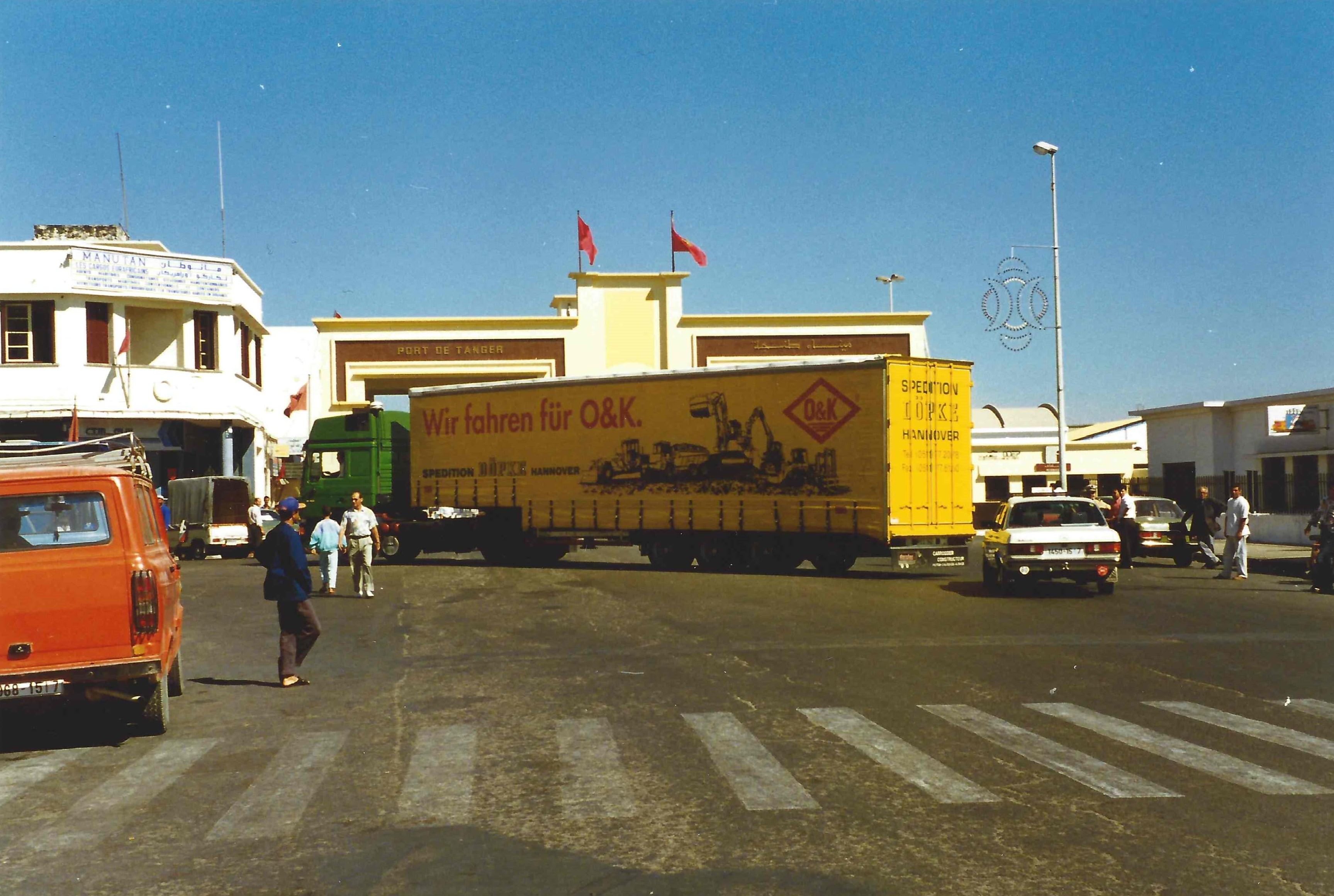 1994: Baumaschinen-Transport nach Marokko, hier im Hafen von Tanger.
